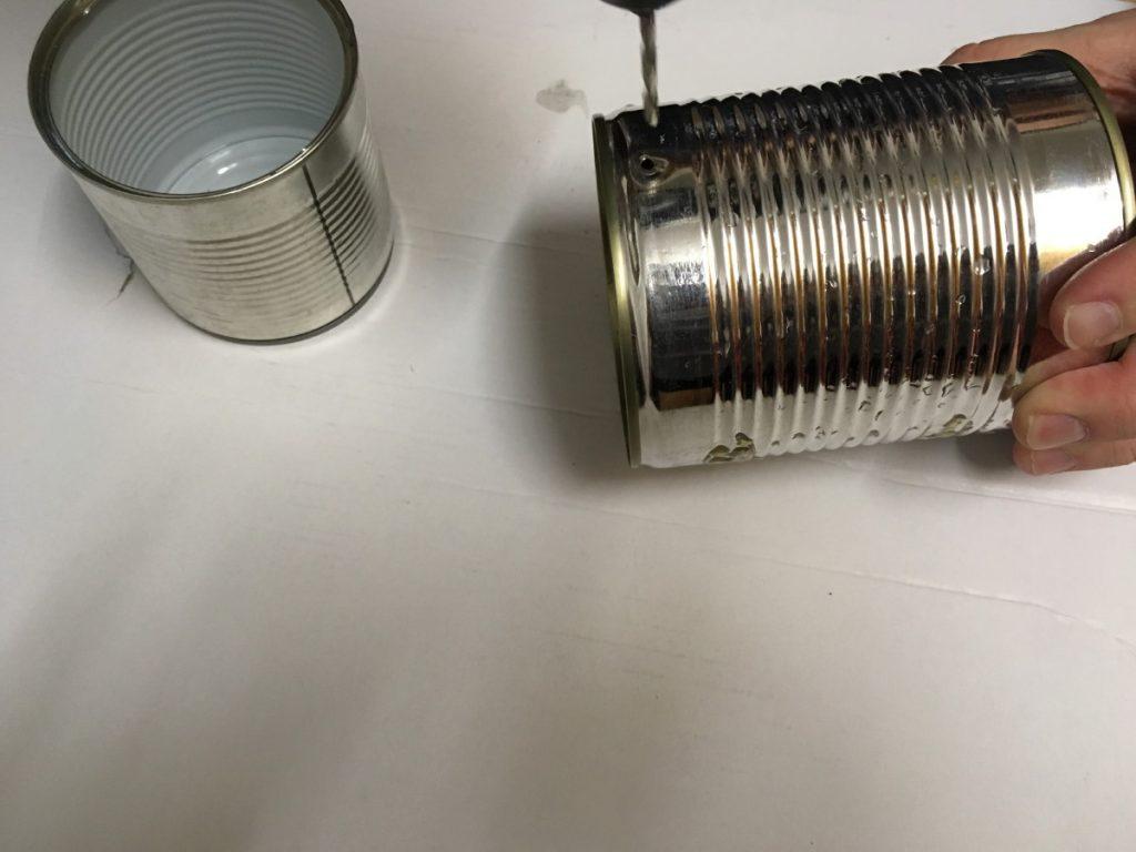 Vor dem Befüllen sollten Sie Löcher für einen Draht bohren, an dem die Dose später aufgehängt werden kann.